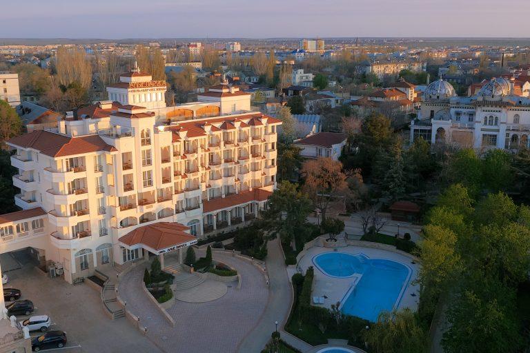 вид на отель Алые Паруса в Феодосии