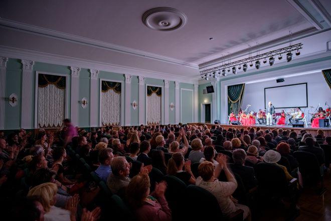 Вчера, 28 апреля, в ДКТ «Чайка» с большим успехом выступила Крымская государственная филармония с премьерой программы «Дюны музыки прибрежной»